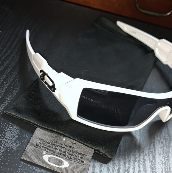 358007f666fce Mens Oakley Oil Rig Sunglasses - White with Black.  M 5c901929c2e9fe7b5f326611